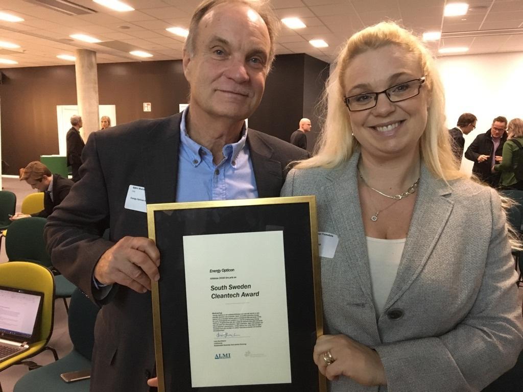Björn Malmström, PDG d'Energy Opticon, aux côtés de sa collaboratrice Moa Dahlman.
